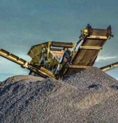 سنگ شکن در حال انجام عملیات خردایش